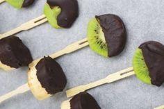 Des brochettes de fruits au chocolat noir