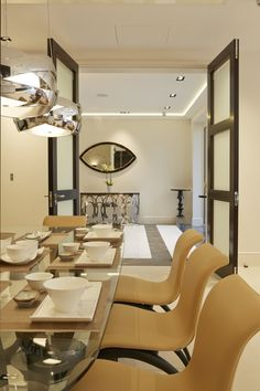 Una vivienda de lujo con acento British - Decorabien.com #comedor #mesa de #cristal