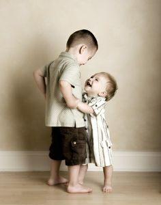 câlin entre frères et soeurs