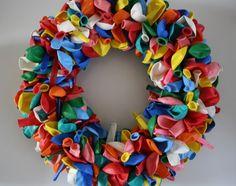 zo heb ik hem gemaakt.....krans van stro (action) omwikkeld met een verbandje.  /- 200 ballonnen met speldenknopjes er in prikken.