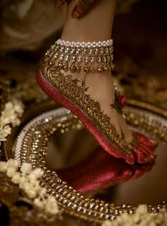 Gorgeous bridal leg mehndi or henna design with altha. Bridal anklet or payal. Mehndi Designs, Jewellery Designs, Designer Jewellery, Fashion Jewellery, Gold Jewellery, Tattoo Designs, Hena, Bridal Gallery, Bridal Henna
