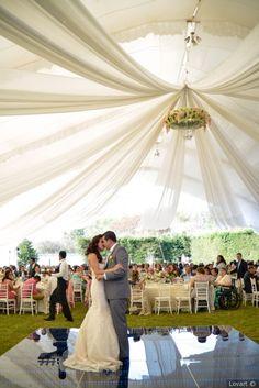 ¡Explota toda esa creatividad en tu boda! Bajando desde el techo, compartimentando ambientes y hasta en el pastel. No dejes que el mantel y las servilletas sean los únicos en acaparar el encanto de las telas.