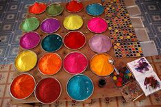 Introdução as tintas artesanais: No universo da bioconstrução, as possibilidades são virtualmente infinitas e o acabamento da obra, aquele efeito especial e particular, também tem sua ciência e a sua magia, essa que fica por conta da estimulante experiência com as cores.