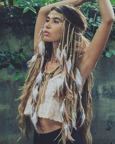 Ideas for Effortless Bohemian Lifestyle - Wear the white crocheted lace half top with black shorts or mini skirt for a sentimental Boho look! Boho Hippie, Mode Boho Gypsy, Estilo Hippie, Hippie Style, Bohemian Style, Bohemian Makeup, Bohemian Dresses, Modern Hippie, Gypsy Soul
