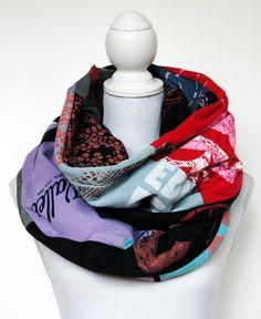 Upcycling-Loopschal aus alten Jeans, T-Shirts und Stoffresten, ein Erzeugnis aus der Edna Mo Selbernähmanufaktur.