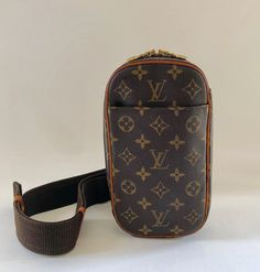f5d697767e6 Authentic Louis Vuitton Monogram Pochette Gange Cross Body Body Bag Highly  sought after body bag that can be used in various ways (please see pics  listed!