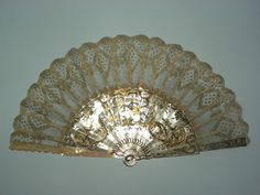 Point ground lace fan