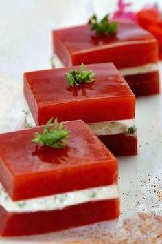 INGREDIENTES: Cuatro o cinco tomates maduros Sal Pimienta Un chorrito de aceite de oliva Un sobre de gelatina neutra (Royal) Queso d...
