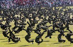 Soldati sudcoreani si esibiscono nelle arti marziali durante una prova per la parata del 64 esimo anniversario delle Forze armate, che si terrà il primo ottobre (AP Photo/ Ahn Young-joon)