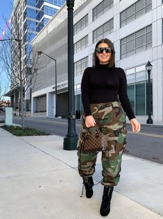 When in doubt. Rift it! Fall street style outfit military camo pants julia m Army Pants Outfit, Military Pants, Joggers Outfit, Winter Fashion Outfits, Fashion Pants, Outfit Winter, Teen Fashion, Cute Camo Outfits, Outfits With Camo Pants