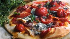 Pizza med blåmuggost og parmaskinke
