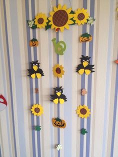 Fensterbild aus Tonkarton Herbst Mobile Kürbis Sonnenblumen Raben Kürbisse Rabe… Dramatic Play, Crow, Wind Chimes, Fall Decor, Diy And Crafts, Kindergarten, Display, Autumn, Creative