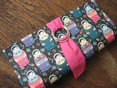 Gata Pink Artesanato - Carteira de mão, feita em cartonagem, forrada com tecido. Fechamento com imã e com tecido. R$40,00