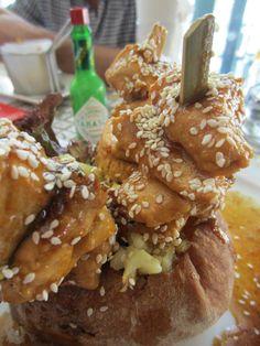 Κοτόπουλο σουβλάκι σε γλυκόξινη σάλτσα & πατάτες εκραζέ