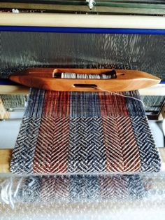 8 shaft twill with 2 color warp. Woven with Madelinetosh Tosh Merino Light in both warp and weft. Weaving Tools, Card Weaving, Tablet Weaving, Weaving Projects, Loom Weaving, Weaving Designs, Weaving Patterns, Weaving Textiles, Tapestry Weaving
