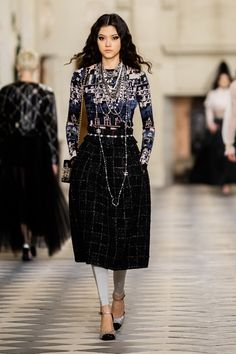 Chanel Pre-Fall 2021 Fashion Show Collection: See the complete Chanel Pre-Fall 2021 collection. Look 64 Fashion Week, Paris Fashion, Runway Fashion, Fashion Show, Fashion Trends, Chanel Fashion, Look Rock, Style Couture, Haute Couture Fashion