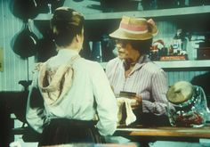 Mrs. Oleson (Katherine MacGregor, r.) stellt fest, dass Alice (Hersha Parady...