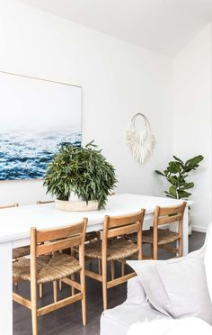 In corner version, it saves space and structure the room. Generally positioned in the corner of the living room (against a wall), it can be flexible or convertible. It also finds its place in… Continue Reading → Dining Room Sets, Dining Room Design, Dining Room Chairs, Dining Area, Kitchen Dining, Beach Dining Room, Rattan Chairs, Dining Room Inspiration, Home Decor Inspiration