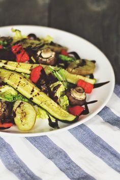 SiMS | LABiM: OFENGEMÜSE-SALAT AN WARMEM ZiTRONEN-HONiG-DRESSING. ODER: KUNTERBUNTER FRÜHLiNGSWETTER-MiX. Salate Warm, Dressing, Zucchini, Vegetables, Sims, Winter, Food, Honey, Fresh