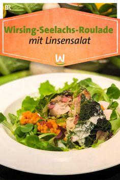 Eine Roulade aus Wirsingblättern mit Seelachs-Füllung. Dazu gibt's einen würzigen Salat aus Linsen, Lauchzwiebeln und Chorizo und eine rote Sahne - für alle, die es fleischlos mögen. Ein Rezept von unserem Spitzenkoch Wolfgang Link. #roulade #seelachs #wirsing #linsen #salat #lauchzwiebeln #chorizo Paleo, Chorizo, Cantaloupe, Fruit, Food, Winter, Cabbage Rolls, Cod, Kochen
