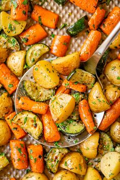 Garlic Herb Roasted Potatoes Carrots and Zucchini - #roasted #potato #carrot #zucchini #recipe #eatwell101 - These roasted vegetables make a great savory side dish that comes together in no time and pairs well with just about anything! - #recipe by #eatwell101® Roasted Vegetable Recipes, Veggie Recipes, Vegetarian Recipes, Cooking Recipes, Healthy Recipes, Garlic Roasted Vegetables, Cooking Vegetables, Vegetarian Side Dishes, Potato Recipes
