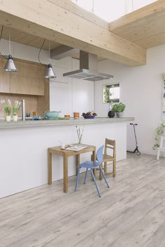 Quick-Step Laminate Flooring - Impressive Ultra 'Concrete wood light grey ' (IMU1861) in a modern kitchen. To find more kitchen inspiration, visit our website: https://www.quick-step.co.uk/en-gb/room-types/choose-the-perfect-kitchen-flooring #cuisine #keuken