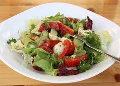 Vyskúšala som avokádo aj v inej verzii ako klasická pomazánka quacamole. Šalát bol výborný, mohli by tam byť aj olivy, ale tie u nás nemajú fanúšikov. Mozzarella, Potato Salad, Potatoes, Ale, Vegan, Chicken, Ethnic Recipes, Food, Eten