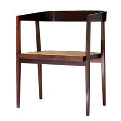 Joaquim Tenreiro  Cadeira com braços em jacarandá maciço, encosto curvado e assento em palhinha natural - circa 1960  Dimensão  54cm L x 51cm P x 74cm H