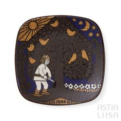 Arabia Kalevala 1995 Annual Plate, designed by Raija Uosikkinen. Find out more about Nordic vintage from Finland on our website 🔎 www.astialiisa.com⠀ 🌍 Free shipping on orders over 50 €!  #raijauosikkinen #arabia #arabiafinland #scandinavianvintage  #finnishvintage #nordicvintagehome #finnishhomes #nordichome #nordichomes #nordicdishes #nordicvintage #vintagedishes #retrodishes #uosikkinen #Finnishdesign #retrocups #coffeecup #Scandinaviandesign
