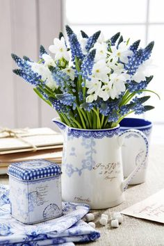 Cut Flowers, Fresh Flowers, Spring Flowers, Beautiful Flower Arrangements, Floral Arrangements, Beautiful Flowers, Objets Antiques, Blue And White China, Arte Floral