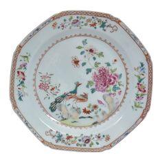 """SERVIÇO IMPERIAL DOS PAVÕES. Raro prato octavado em porcelana chinesa da """"Cia das Índias"""", s"""