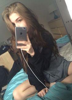 girl girl selfie A Suicida & O Popular Tumblr Photography, Photography Poses, Teen Girl Photography, Cherry Brown Hair, Tmblr Girl, Photographie Portrait Inspiration, Fake Girls, Girls Selfies, Aesthetic Girl