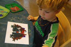 Otisk z přeloženého papíru  Papír si přeložte na půl a vraťte zpátky do původního formátu. Nechte děti namalovat jednu část obrázku – může být abstraktní i konkrétní, záleží na vašem společném záměru. Po domluvě s dítětem mu můžete nějaký tvar předkreslit. Děti poté tuto část obrázku vybarví vodovkami. Když mají hotovo a obrázek je ještě mokrý, je čas na obtisk – papír jen přeloží tam, kde ho mají již ohnutý, pořádně přejedou rukou a vrátí zpátky do původního formátu. A je hotovo!
