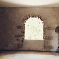 Grande fenêtre ornée de pierre de taille offrant une vue imprenable sur les platanes de la cour  Le petit Roulet en Provence