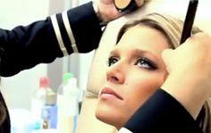A maquiadora Nadia Tambasco mostra como fazer o make da Helena Bordon em vídeo! Mais informações no post do Blog do Pro.