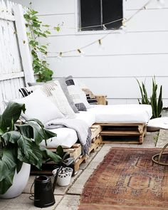 DIY pallet couch The funny thought – Small Balcony Decor Ideas Diy Pallet Couch, Pallet Lounge, Pallet Patio Furniture, Balcony Furniture, Diy Couch, Furniture Ideas, Pallet Benches, Pallet Tables, Pallet Bar