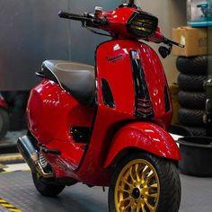 Vespa Motorcycle, Futuristic Motorcycle, Lambretta Scooter, Vespa Scooters, Motorcycle Style, Gas Scooter, Electric Scooter, Vespa Px 150, Vespa Logo