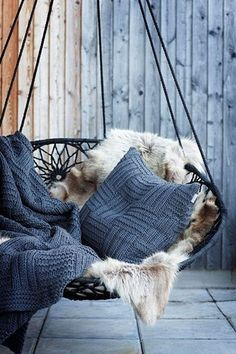 Swinging chair with fluffy fur and knitted blankets and pillows - Decoration suggestions - House interior ideas Swinging Chair, Chair Swing, Bedroom Swing Chair, Rocking Chair, Hammock In Bedroom, Blog Deco, Outdoor Areas, Outdoor Swings, Outdoor Seating