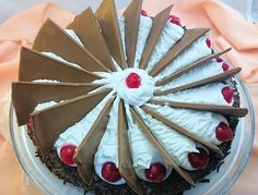 Postre muy popular relleno de crema de manteca con chocolate, el toque que lo distingue son los trozos de chocolate que simulan las aspas del molino.