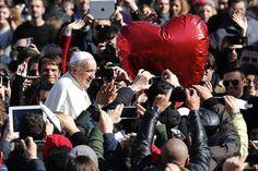 "Pape François - Pope Francis - Papa Francesco - Papa Francisco - 14 févr 2014 : Ils fêtent la Saint-Valentin avec le pape! Il Papa: «Fidanzati, non lasciatevi vincere dalla cultura del provvisorio» - El mensaje del papa Francisco por San Valentín: ""No tengan miedo a casarse, unidos serán felices"""
