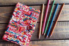#Regalosquecambianvidas I Estas libretas con funda de tela están elaboradas por mujeres de los slums de Varanasi (India), beneficiarias del Programa de Mujer de la ONG Semilla para el Cambio. Perfectas como regalo para los invitados de una boda, comunión o bautizo. Un regalo solidario que cambia vidas. Tableware, Indian Textiles, Craft Gifts, Wedding Stuff, Slipcovers, Invitations, Ornaments, Dinnerware, Tablewares