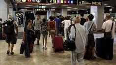 Los españoles cada vez emigran más : 50.844 personas se fueron entre enero y junio, según el INE / @eldiarioes | #nonosvamosnosechan