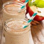 Apfel-Zimt-Smoothie mit Mandelmilch Zutaten: 2 Äpfel 1 EL Zimt 1 Handvoll Cashewkerne 1 Vanilleschote 1 Schuss Honig 500 ml Mandelmilch