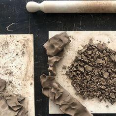 Corpo fluido di ceramica da colaggio scura fase due: frantumare.  Il passaggio precedente prevedeva di affettare con soddisfazione dellimpasto plastico e farne una forma tipo intercooler con tanta superficie esposta che asciughi alla svelta.     #slipcasting #slipcastingprocess #potterystudio #ceramics #handmade #rollerpin #clay #darkclay #bonedry #smashing #grind Candy, Chocolate, Instagram, Shape, Chocolates, Sweets, Candy Bars, Brown