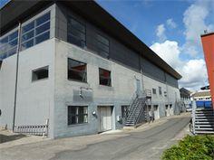 To værksteds-/lagerlejemål beliggende i et aktivt erhvervsområde i Faaborg by udlejes. Lejemål 1 består af et stort værksteds-/lagerlokale med port, et stort kontor, samt personalerum, toilet og bad. Lejemålet andrager ca. 192 m2.  Lejemål 2 består af et lagerlokale på ca. 90 m2.  Lejemålene vil være velegnede til alle former for håndværksvirksomheder, oplagring, lagersalg eller lign.     Her er linket: http://www.lokaleportalen.dk/fyn-lager/5600-faaborg/markedspladsen/855