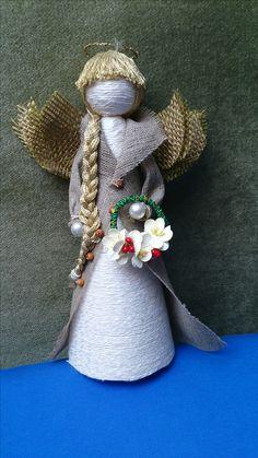 Anioł wykonany głownie z natualnych materiałów - bawełniany sznurek, kanwa, nici , papier i koraliki perłowe