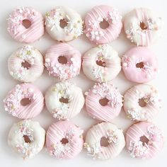 Get some donut recipe ideas with this collection of donuts for motivation. Try your hand at homemade baked or fried donuts. This collection of donut photography will inspire you to create your own yummy treats (or. Rosen Box, Fried Donuts, Cute Baking, Cute Donuts, Donuts Donuts, Delicious Donuts, Cute Desserts, Pink Desserts, Savoury Cake