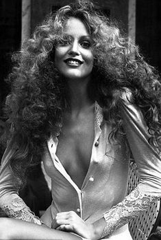 supermodel Jerry Hall with big wild hair. Big hair becomes her. 1970s Hairstyles, Short Hairstyles, Disco Hairstyles, Famous Hairstyles, Curly Hair Styles, Natural Hair Styles, Jerry Hall, Texturizer On Natural Hair, Hippie Man
