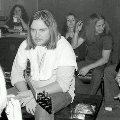Ronnie looks like Ed busted ass. lol.