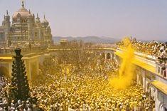 Devotees Throw Turmeric Powder for Somavati Amavasya Festival in India. Jejuri, 40kms from pune Google Afbeeldingen resultaat voor http://pandharpurpayiyatra.files.wordpress.com/2012/06/khandoba-jejuri.jpg